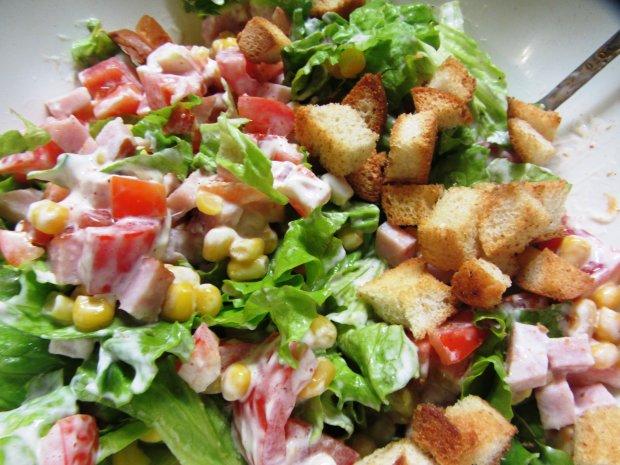 Пикантный итальянский салат с ветчиной, сыром и овощами