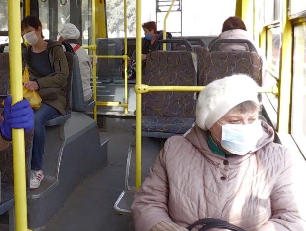Пенсионерка в общественном транспорте, кадр из видео