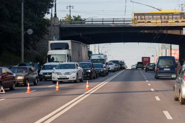 """Українським водіям заборонили """"ходити наліво"""", багато хто гине: деталі важливого рішення"""