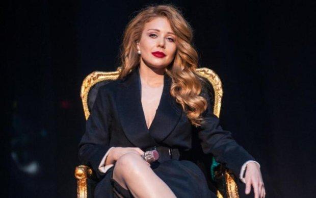 Латекс й напівпрозора блуза: Кароль змусила фанатів понервувати