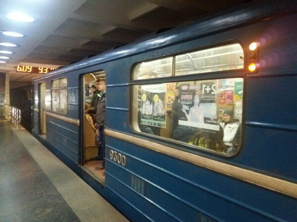 Харьковчане устроили бои без правил прямо в метро: не поделили вагон, видео дичи