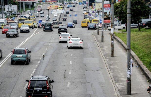 Посеред Києва помітили НЛО: знадобилася допомога людського евакуатора, фото