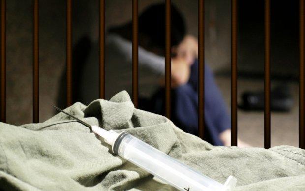 Приход с поличным: наркоман принял дозу прямо на заседании суда
