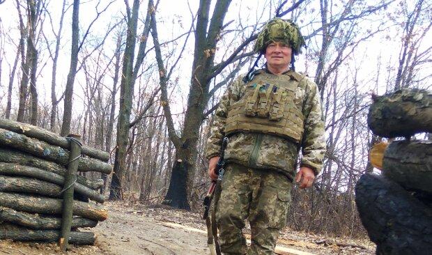 """60-летний украинец лупит по путинским воякам и дает прикурить молодым: """"Бойся седых волос"""""""
