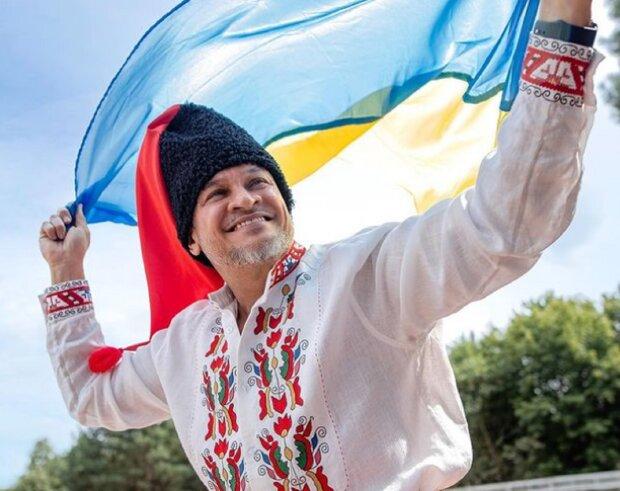"""Эктор Хименес-Браво в вышиванке среди красавиц рассказал, с чем сталкивается в Украине: """"Вали в свою страну"""""""
