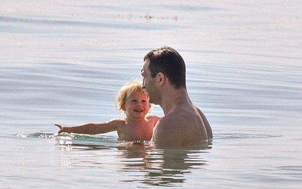 Кличко с дочерью отдыхает на пляже в Майами