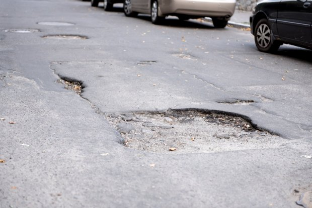 Немає асфальту - немає маршрутки: водіям впеклися сотні ям, українці ходитимуть пішки