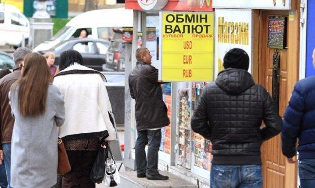 Курс валют на 4 грудня: гривня переступила через долар і євро