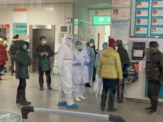 """В Одесі """"7 кілометр"""" заполонили люди в спецодязі, підозрюють коронавірус і перевіряють усіх"""