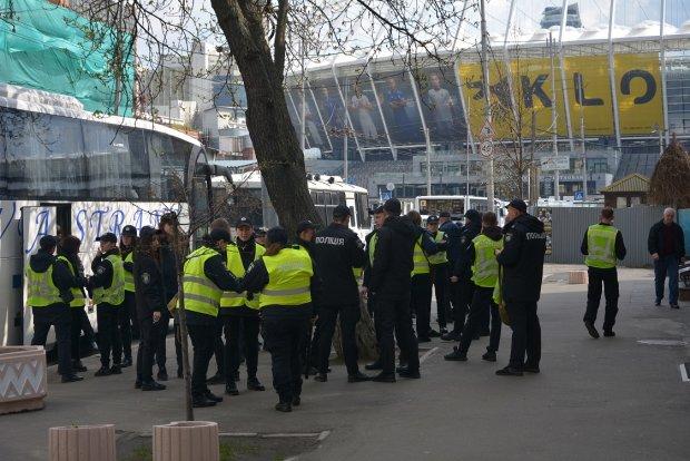 Дебаты Зеленский - Порошенко парализовали Киев: тысячи копов, автозаки, металлодетекторы