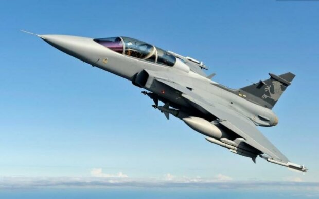 Над Маріуполем літають військові літаки: що відбувається