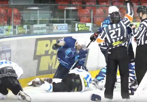 Хоккеисты устроили жесткую драку на чемпионате Украины, скрин с видео