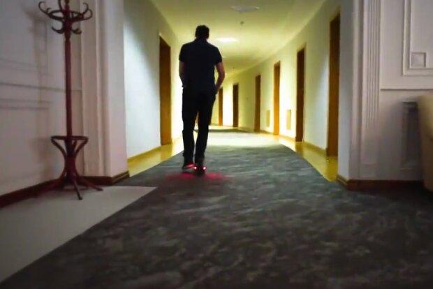 Олексій Гончарук на самокаті, скрін з відео