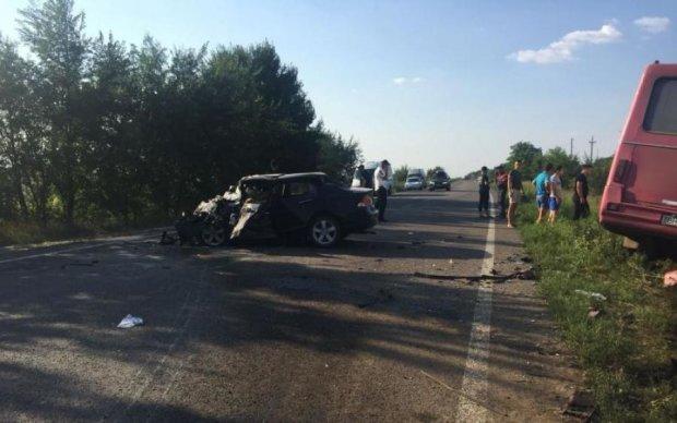Жуткое ДТП под Одессой: один погибший, семерых пытаются откачать