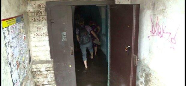 Запорожцы плавают в подьездах, пока мэр Буряк обещает починить ливневки