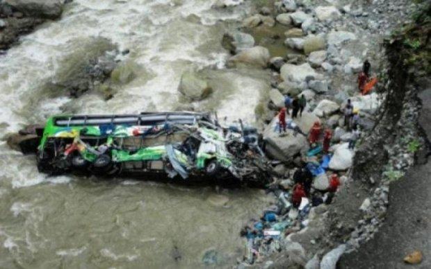 Автобус с паломниками рухнул в ущелье: десятки жертв