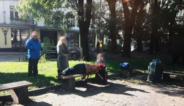 """Львовские копы спасли ребенка от пьяной матери: """"Он просит кушать, а она храпит на лавочке"""""""