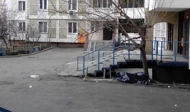 Возле столичной многоэтажки нашли мертвую женщину
