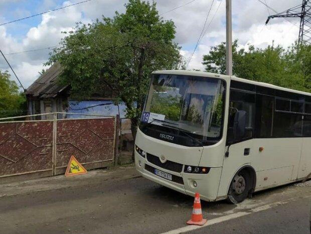 У Львові в яму провалилася маршрутка з людьми - кричали і молилися