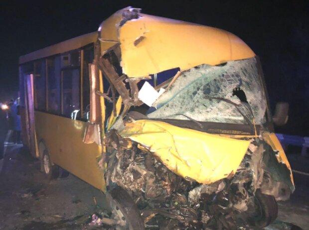 Під Миколаєвом автоцистерна у лоб протаранила маршрутку з людьми, - швидкі забрали 10 постраждалих