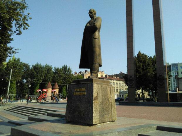 Во Львове искупали Бандеру: с легким паром