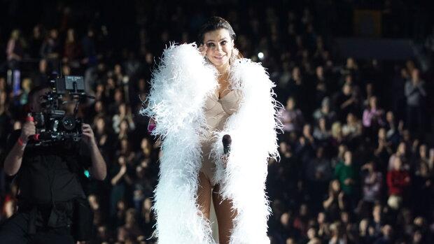 """Лорак у піжамі перед натовпом чоловіків добила шанувальників: """"Поставила на коліна і..."""""""
