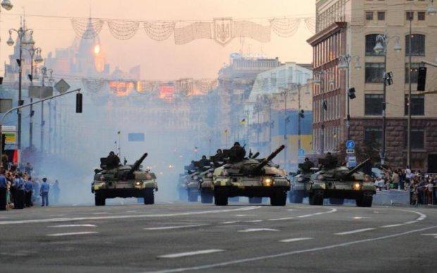 Сотни военных в центре Киева и танки на подъезде: что происходит