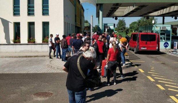 Украинцы массово рвутся в Европу - границу заполонили тысячи заробитчан
