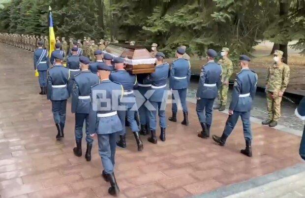 Харків прощається із загиблим у катастрофі курсантом: море сліз і військові залпи, ридають навіть генерали