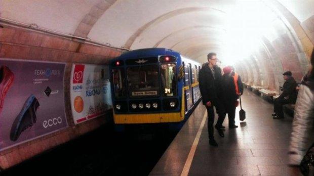 """На станции метро """"Лыбедская"""" пассажир упал под поезд"""