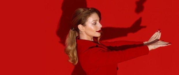 Тіна Кароль в образі фехтувальниці осідлає ваші найсміливіші фантазії: екстремальне декольте