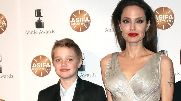 """Донька Пітта і Джолі готується до остаточної зміни статі: """"Прикриває груди"""""""