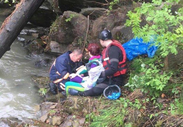 В Карпатах туристический автомобиль слетел с обрыва в реку: десятки пострадавших, есть погибшие и без вести пропавшие