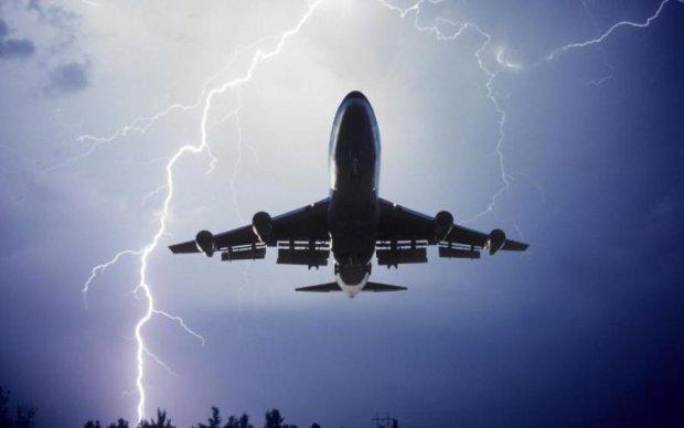 Блискавка вдарила у літак над Одещиною: фото