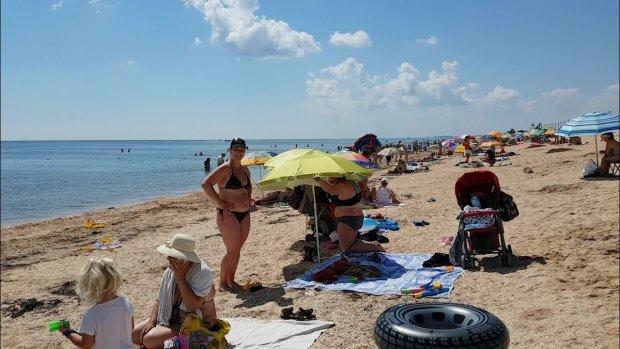 На пляжі Азовського моря відбувається щось страшне: величезні шматки відвалюються і падають