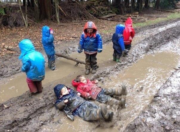 Діти граються в грязі, скріншот