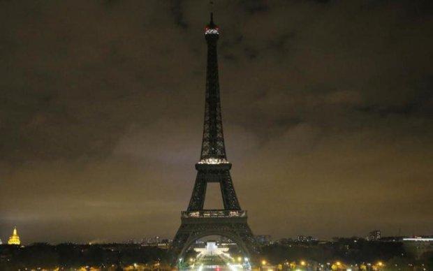 Ейфелева вежа згасла в пам'ять про загиблих в Манчестері - відео