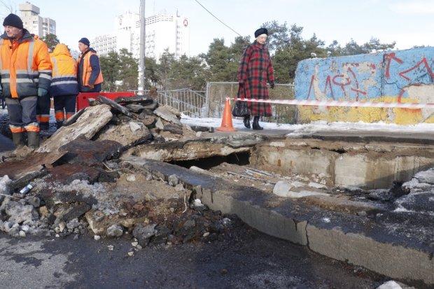 """""""Не соответствует действительности"""": посреди Киева обвалился мост, увидели все, кроме Киевавтодора"""