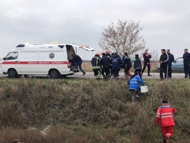 Водитель BMW на ходу врезался в железную дорогу под Запорожьем: есть жертва и раненые