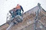 У цетрі Києві величезна брила льоду проломила дах легковика: інша частина може впасти в будь-який момент