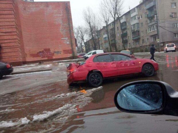 Автомобіль потрапив у пастку на дорозі, фото:Ху % вий Дніпро