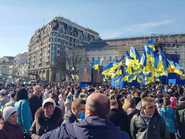 На Майдан вийшли тисячі українців з прапорами і гаслами, кличуть Зеленського: що відбувається