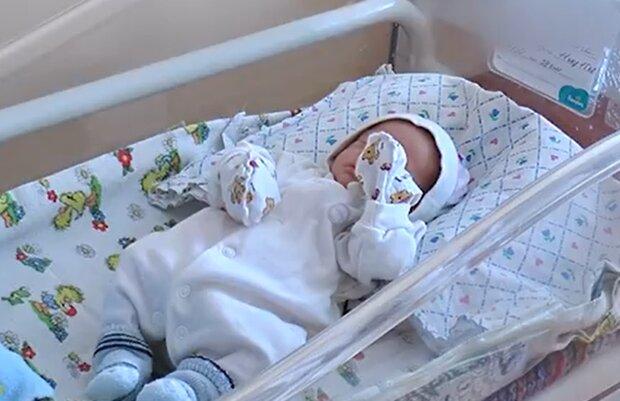 Горе-мать бросила недоношенную малышку в роддоме — девочка ждет настоящих родителей