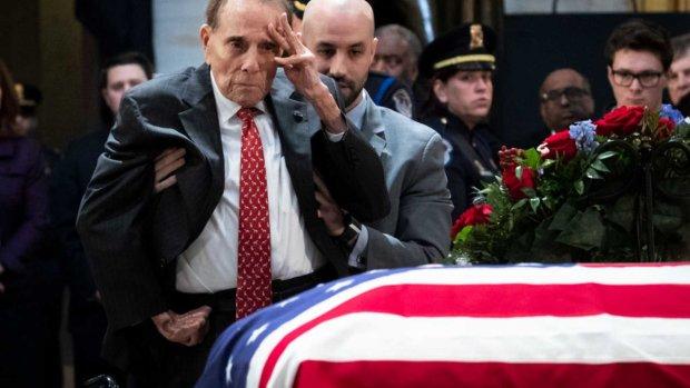 На прощании с Джорджем Бушем 95-летний экс-сенатор поднялся из инвалидной коляски. И это не чудо