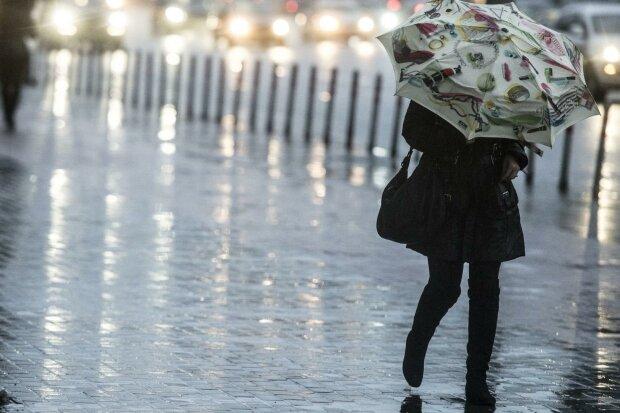 Стіна з дощу накриє Львів, 20 лютого врятує тільки парасолька