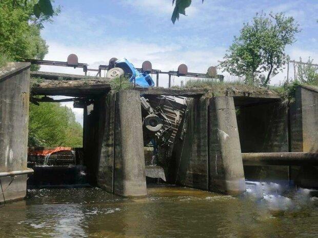 Тернополянин не угадал с дорогой и повторил судьбу днепровского грузовика, — дыра в мосту и ошметки фуры в воде