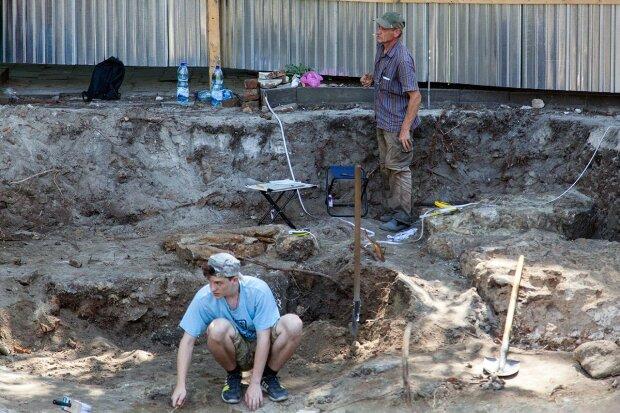 Во Львове раскопали древнейшее подземелье, археологи пьют шампанское: сенсационные кадры и подробности