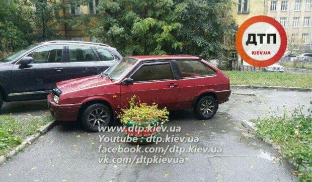 """Черговий """"герой парковки"""" розлютив жителів київської висотки"""