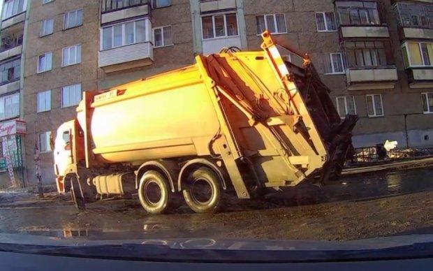 """Киевлянин навеселе """"припарковался"""" в мусоровоз"""