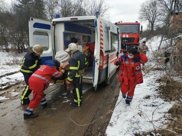 Харківські медики два кілометри несли хворого до швидкої, що застрягла в багнюці: герої носять халати